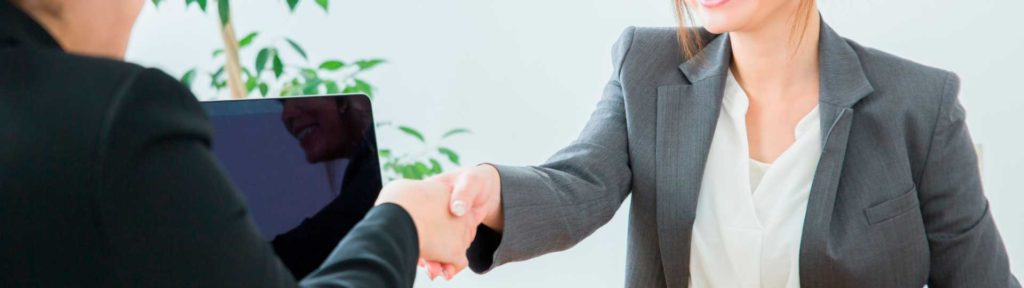 契約を締結し握手する営業スタッフとお客様